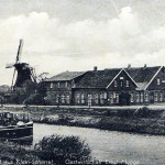 """Die Gaststätte """"Fried"""", später """"Mügge"""", war 1919 das Vereins- und Gründungslokal vom Schützenverein Klein Scharrel. Die Mühle im Hintergrund und die Kanalbrücke dienten als Vorlage für das Vereinswappen."""