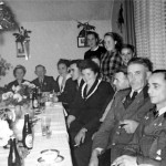 Am Tischende sitzt das Mitglied des Schützenverein Klein Scharrel e.V. und späterer  Vorsitzende Heinrich Gerken mit seiner Ehefrau Gesine anlässlich ihrer Silberhochzeit im Jahr 1948. Als Gästen waren anwesend: v. r. Willi Hilmer, 1.Vorsitzender Gerhard Scholte, Klaus Meyer, Käthe Meyer, 1x unbekannt,Alma Gerdes-Röben. Die drei Kinder (stehend) sind nicht bekannt.