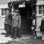 Dieses Foto aus dem Jahr 1955 zeigt  Heinrich Gerken als Schützenkönig,  wie er vom Verein aus seinem Königshaus  abgeholt wird.  Begleitung links Fritz Gerdes-Röben,  rechts Hermann Punke