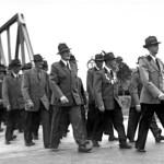 Schützenkönig Heinrich Gerken (mitte)  wird auf dem Festmarsch von den Mitgliedern zum Schützenplatz begleitet. Links neben dem König Adjutant  Fritz Gerdes-Röben. Vorne marschiert Willi Hilmer.