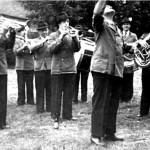 Vereinswirt Ernst Mügge dirigiert die Schützenkapelle